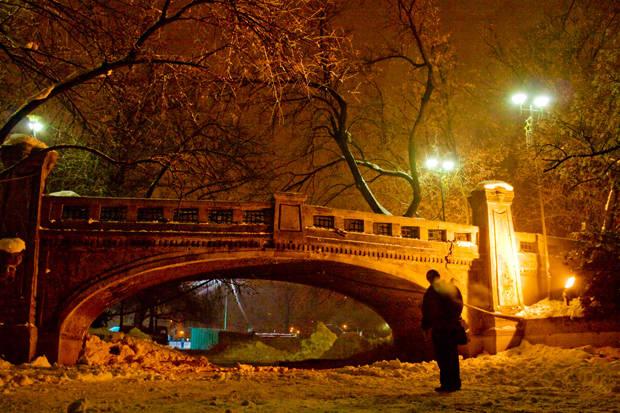 sub pod cismigiu iarna noaptea