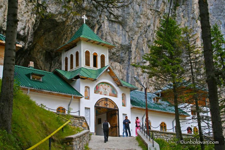 manastirea pestera ialomitei